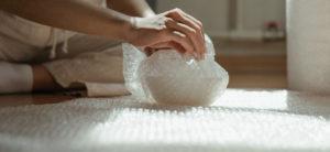 現代人常使用氣泡紙來包裝貨品,一次性使用的習慣不知不覺累積不少廢棄物。(圖/PEXELS)