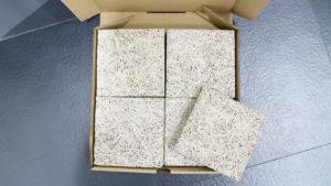 mini木泥小方磚包裝使用無印刷的紙盒,只黏貼品牌貼紙,讓顧客更有機會重複利用,減少浪費。